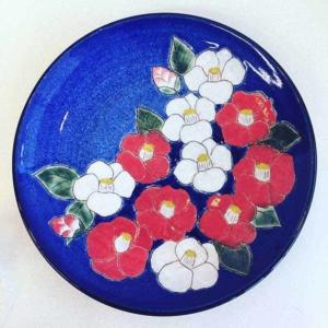「掻き落とし」とベルベット下絵の具で作る椿絵皿とその陶芸技法
