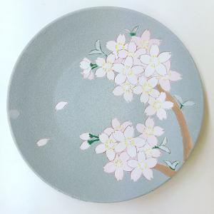 陶芸のマスキング、掻き落とし桜絵皿にヒュース・テンのベルベット下絵の具で着色