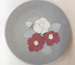 「掻き落とし」と「マスキング」による椿絵皿の絵付けと釉薬吹き掛けPottery Kakiotoshi  Masking