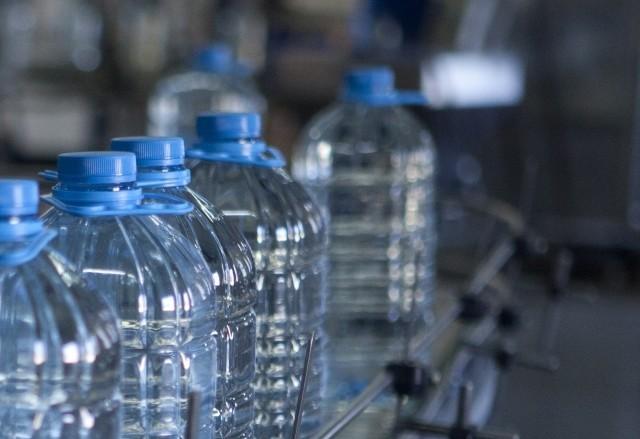 量産されるペットボトル