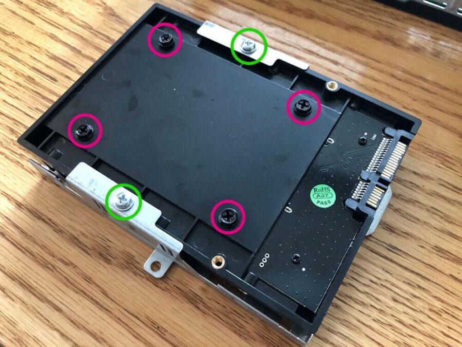 マウンタとケージの中のSSD